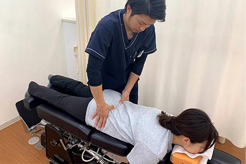 骨格矯正専用ベッドを使った施術